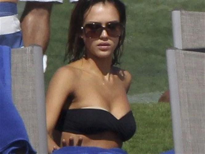 Bikinisi sıyrıldı, Jessica panikledi
